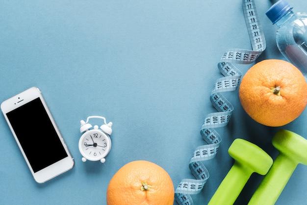 Satz sportausrüstung mit smartphone