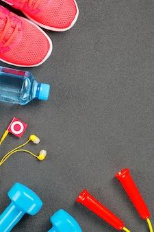 Satz sportzubehör für eignung mit trainingsgeräten auf grau