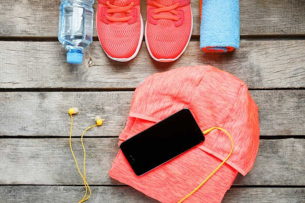 Satz sportzubehör für eignung mit übungsgeräten auf grauem hölzernem.