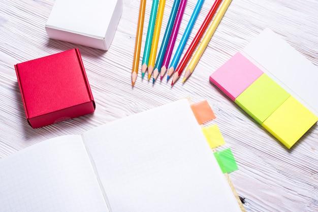 Satz stationär mit notizbuch und seitenmarkierung