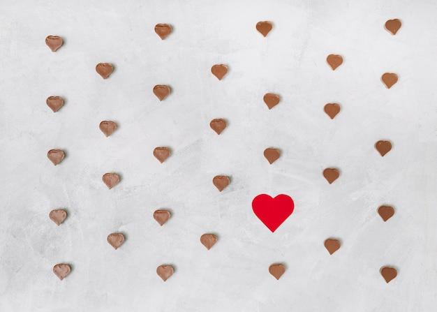 Satz süße schokoladen- und verzierungsherzen