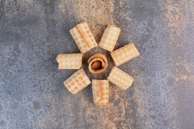 Satz süße waffeln auf marmoroberfläche