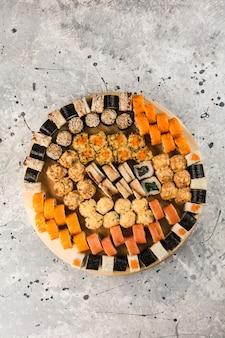 Satz sushi-rollen auf großem teller
