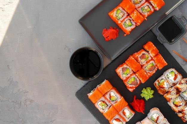 Satz sushi-rollen serviert auf grauem hintergrund
