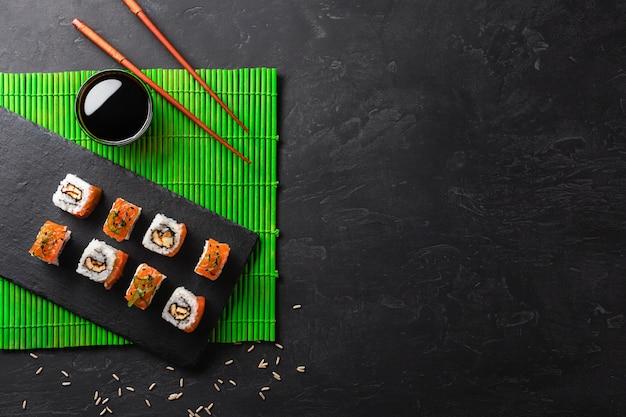 Satz sushi und maki auf steintabelle.