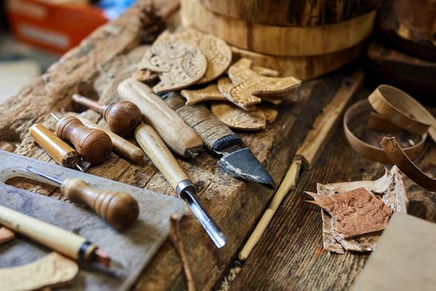 Satz tischlerwerkzeug in der tischlerwerkstatt. tischlerarbeitsplatz mit handwerklichem instrument.