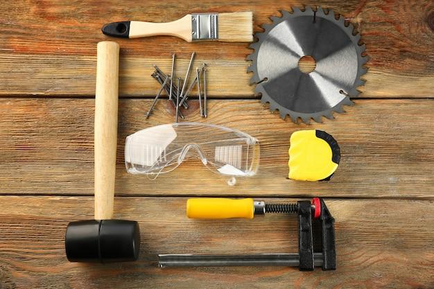 Satz tischlerwerkzeuge auf holz