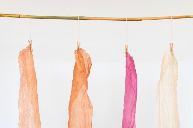 Satz tücher mit natürlichen pigmenten gefärbt