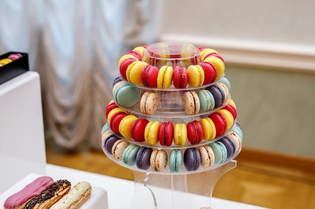 Satz verschiedene französische kekse makronen makronen in einer papierbox. draufsicht. kaffee, schokolade, vanille, zitrone, himbeere, erdbeere, pistazie, veilchen, rose, orange schmeckt makronen