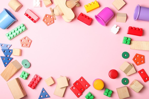 Satz verschiedene kinderspielzeuge auf einer draufsicht des farbigen hintergrundes