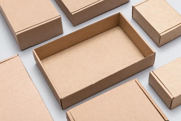 Satz verschiedene pappkartons auf grauem hintergrund, modell, draufsicht
