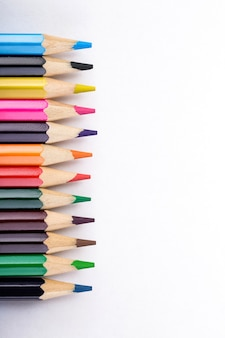 Satz verschiedenfarbige stifte auf weiß