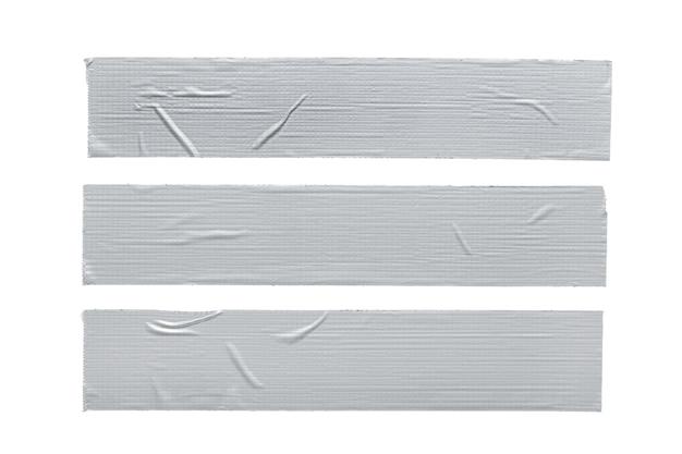 Satz von drei silbergrauen reparaturklebebandstücken lokalisiert auf weißem hintergrund.