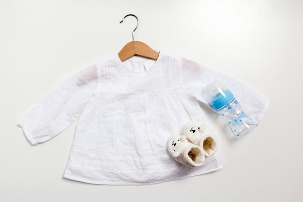 Satz von kleidung und gegenständen für ein baby