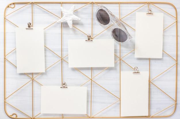 Satz von notizblock clip frame und seestern mit sonnenbrille auf holztisch.