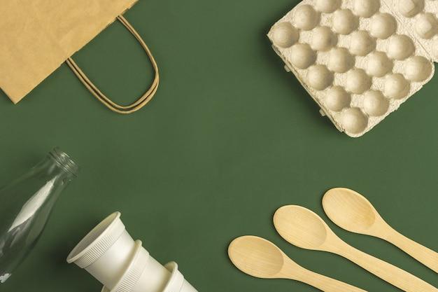 Satz von öko-tasche, biologisch abbaubare kaffeetassen aus papier. null abfall, umweltfreundlich, plastikfrei.