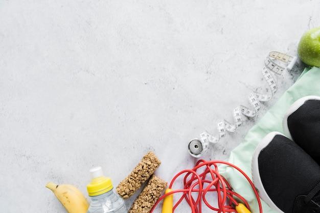 Satz von sportgeräten und gesundes essen