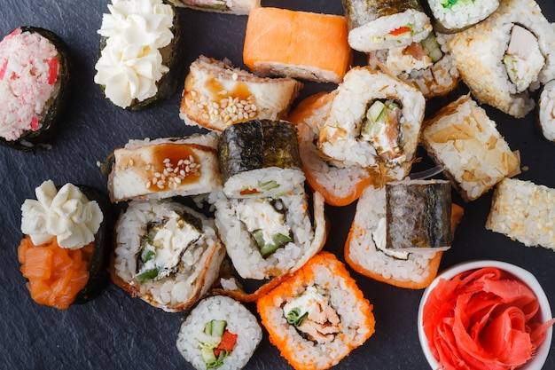 Satz von sushi und maki auf steintisch. draufsicht mit kopierraum