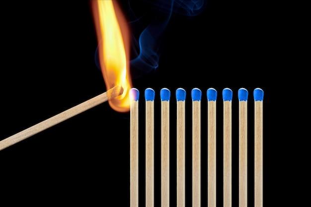 Satz von verschiedenen streichhölzern mit rauch auf einem schwarzen hintergrund. konzept der einhaltung sozialer distanzierung