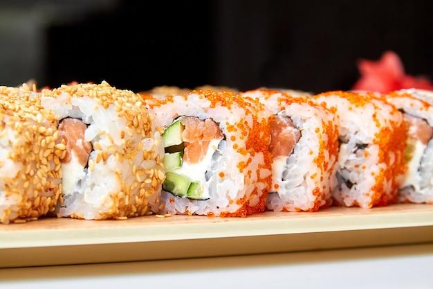 Satz von verschiedenen sushi-rollen auf einem brett