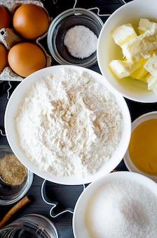 Satz von zutaten zum kochen festlicher weihnachtslebkuchenplätzchen