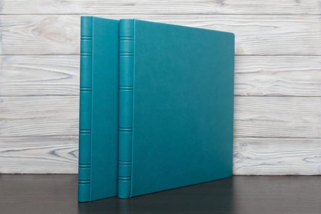 Satz von zwei fotobüchern auf einem hellen hintergrund