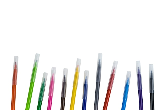 Satz von zwölf mehrfarbigen markern mit kappen, die auf einer weißen oberfläche isoliert sind. universelle marker für schule, büro und hobbys.