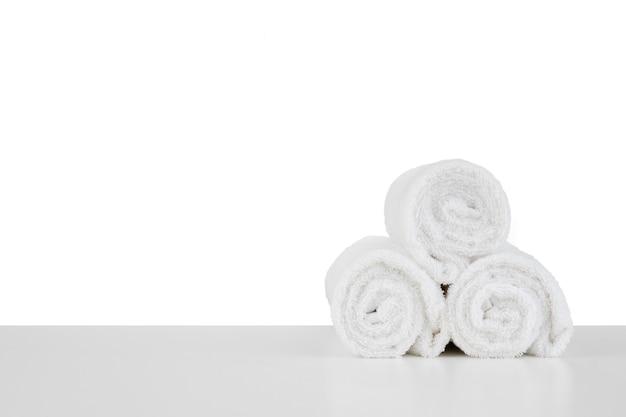 Satz weiche badetücher isoliert auf weiss