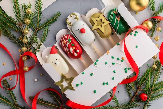 Satz weihnachts-eis am stiel. kuchen am stiel.