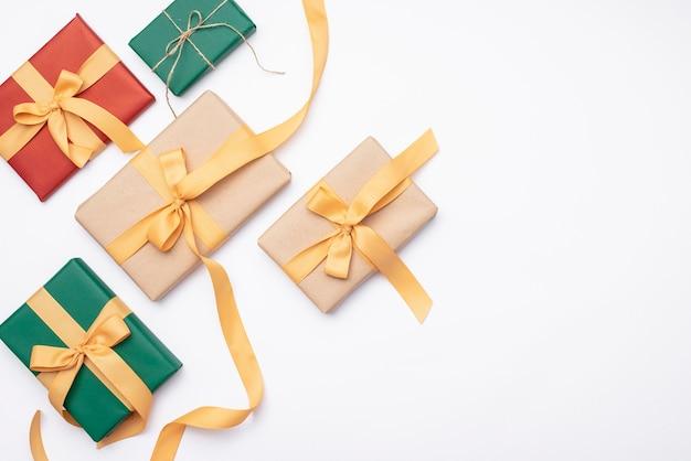 Satz weihnachtsgeschenke auf weißem hintergrund