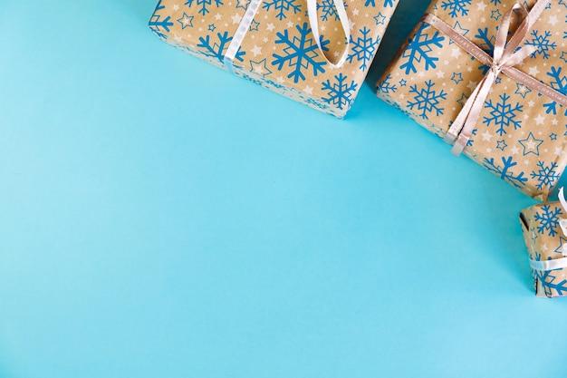 Satz weihnachtskästen mit bändern und illustrationen voller geschenke.