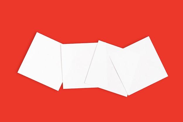 Satz weiße aufkleber auf rotem hintergrund