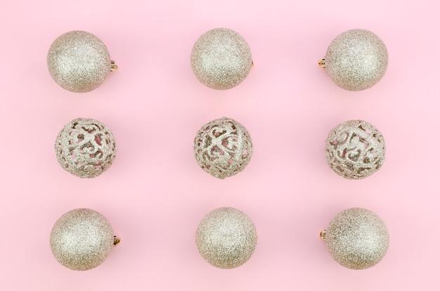 Satz weiße dekorationsbälle