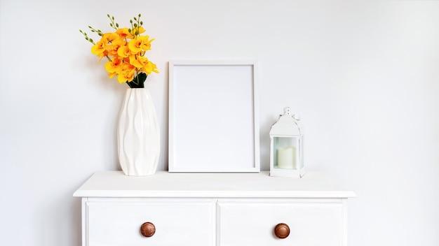 Satz weiße hauptdekorationen mit blumen, fotorahmen und kerzen