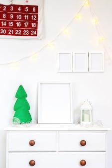 Satz weiße hauptdekorationen mit kalender, fotorahmen und kerzen