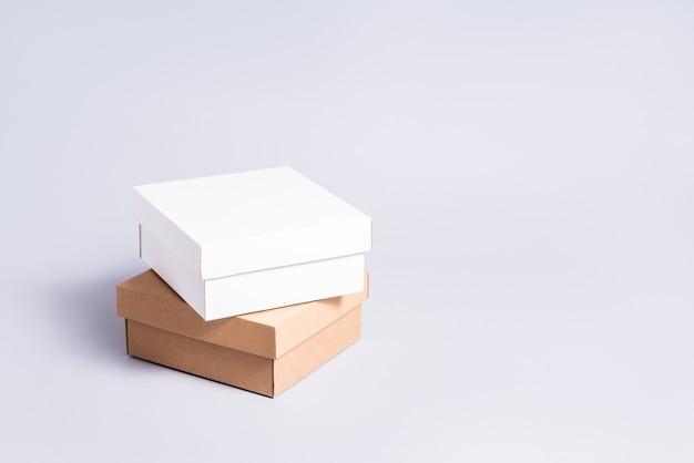 Satz weiße und braune pappkartons