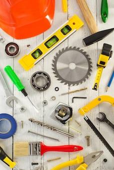 Satz werkzeuge und instrumente auf holz