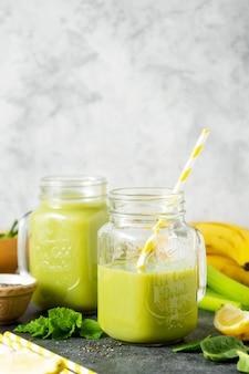 Sauber essen. detox smoothie. grünes gesundes getränk mit spinat, banane, gurken, limette und minzblättern