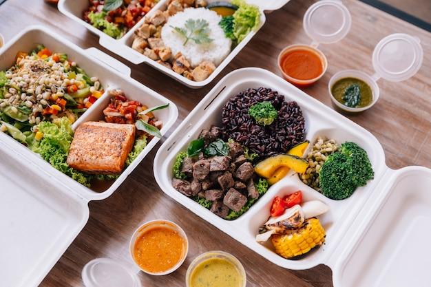 Saubere essen mahlzeit boxen: reis und reis beere mit rindfleisch