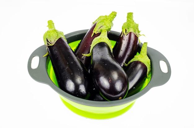 Saubere gewaschene auberginen zum kochen im sieb. studiofoto.