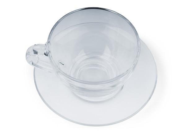 Saubere glasteetasse auf reflektierendem boden, isoliert auf weiß mit beschneidungspfad