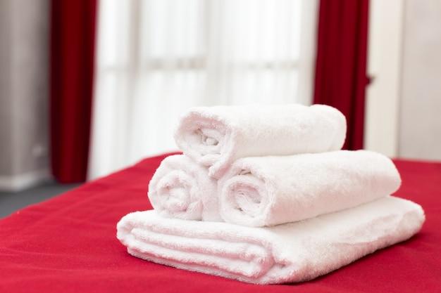 Saubere handtücher auf dem bett im hotelzimmer