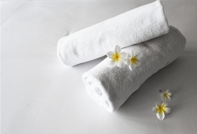 Saubere handtücher auf einem bett aufgerollt