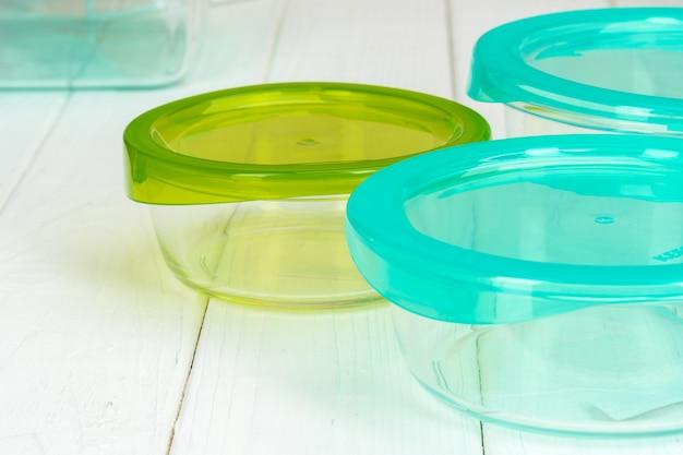 Saubere küche mit verschiedenen tellern und nahrungsmittelkästen
