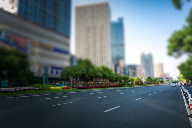 Saubere straße der stadt, schneller stadtverkehr.