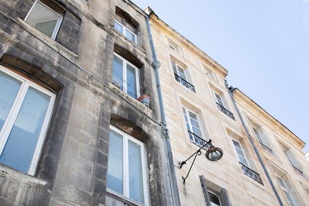 Saubere und schmutzige gebäudefassaden