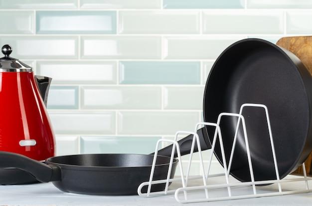Saubere und trockene pfannen auf einer küchentheke
