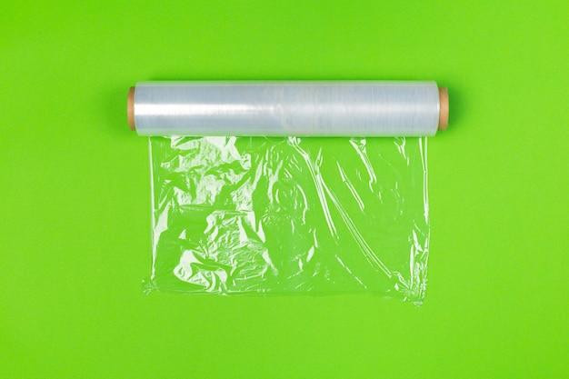 Saubere verpackungsrolle auf heller farbiger draufsicht