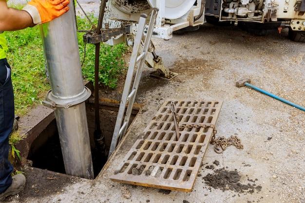 Saubere verstopfung des abwasser-industriereinigungswagens in einer abwasserleitung.