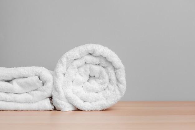 Saubere weiche handtücher auf farbe